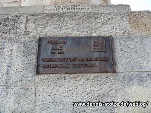 Tafel am Stuttgarter Bismarkturm mit der Inschrift: Errichtet 1904 von der Studentenschaft der Technischen Hochschule Stuttgart